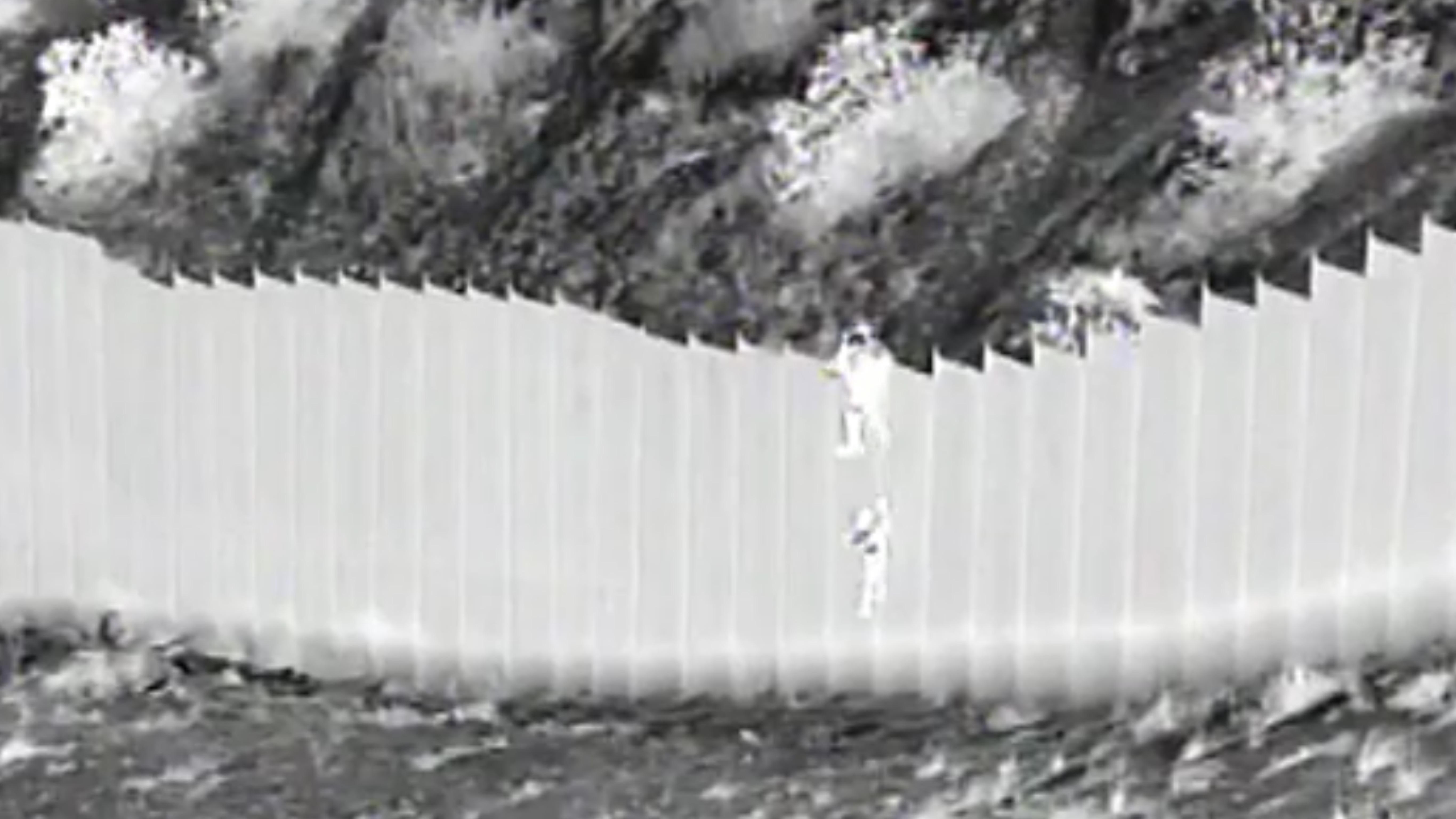Coyotes arrojaron a 2 niñas desde muro fronterizo