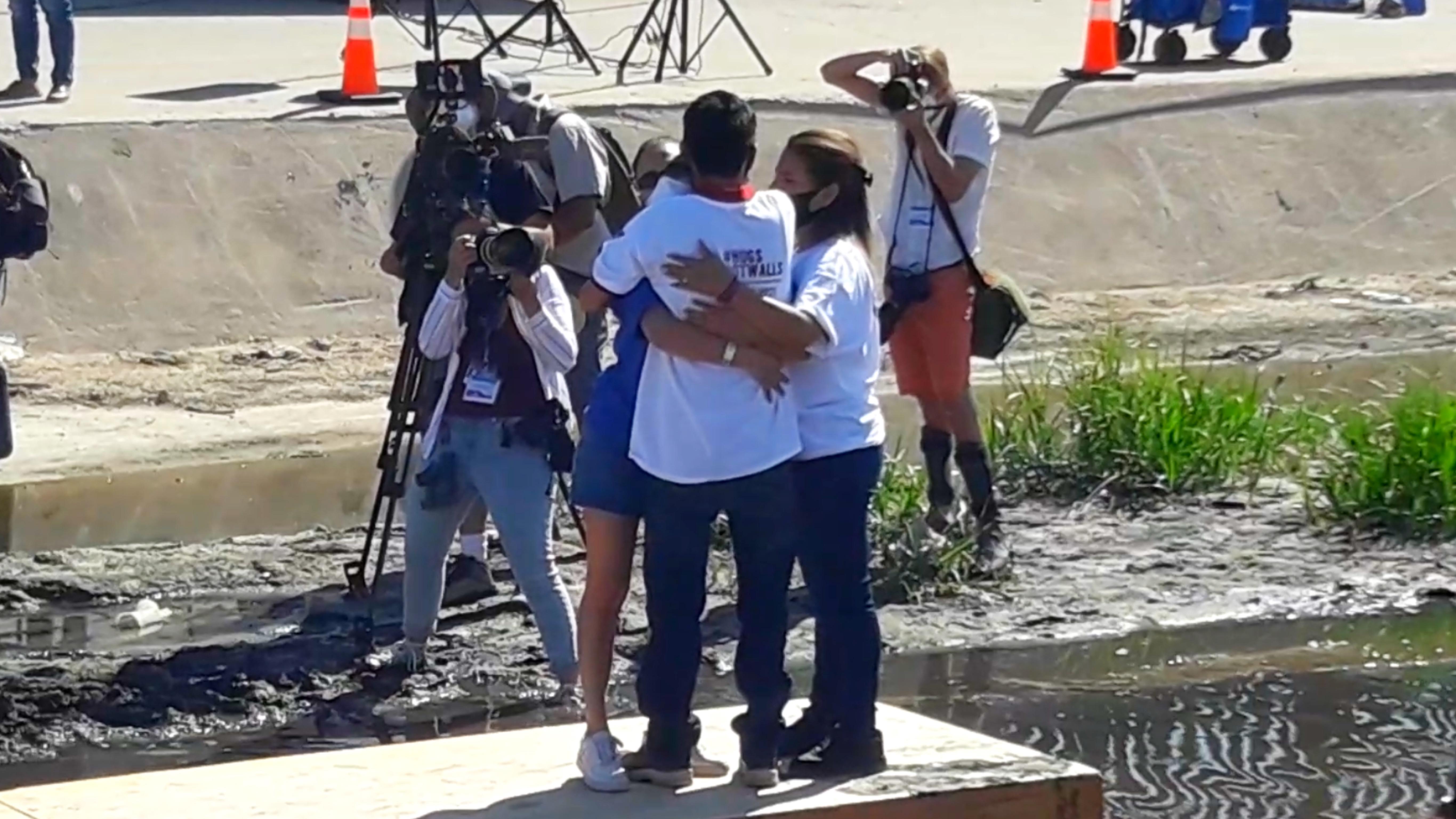 Abrazos no muros, hugs not walls, Rio Bravo, frontera, Mexico Estados Unidos, migracion, pandemia. familias, migrantes, deportados