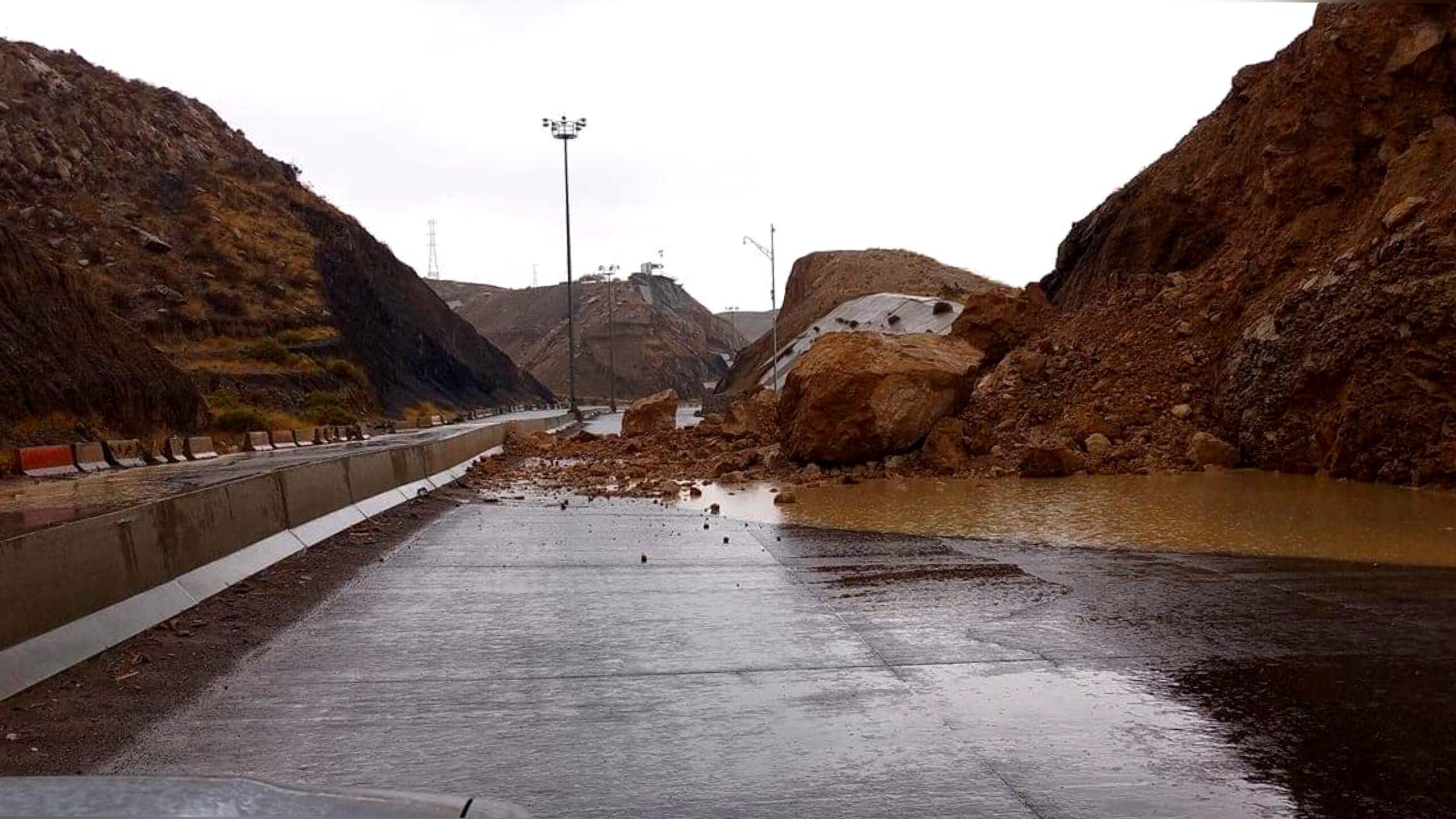 Deslave en tramo del Camino Real por lluvias en Ciudad Juárez, Chihuahua