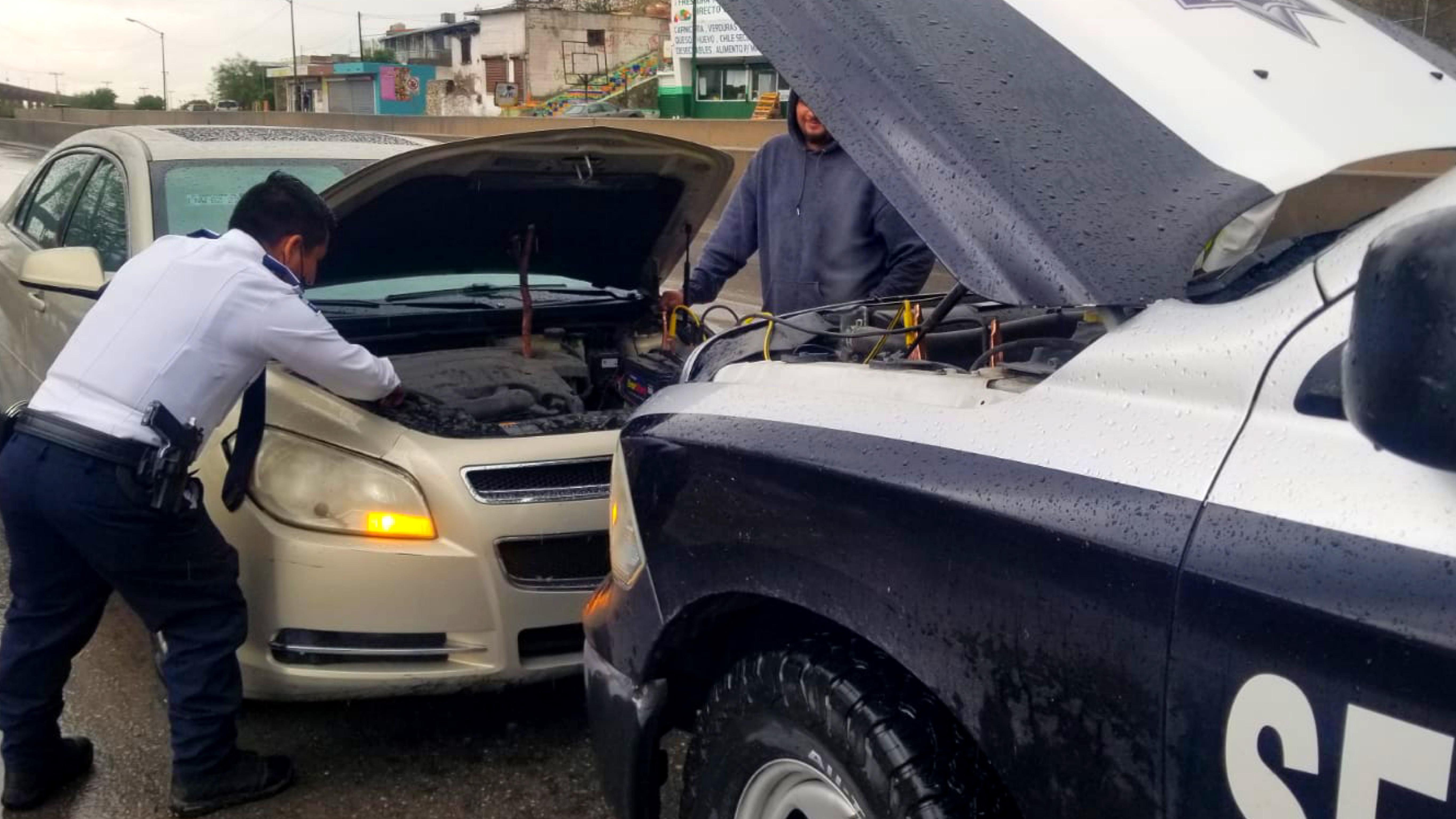 Elementos-municipales-auxiliando-a-residente-juarense-afectado-por-lluvia