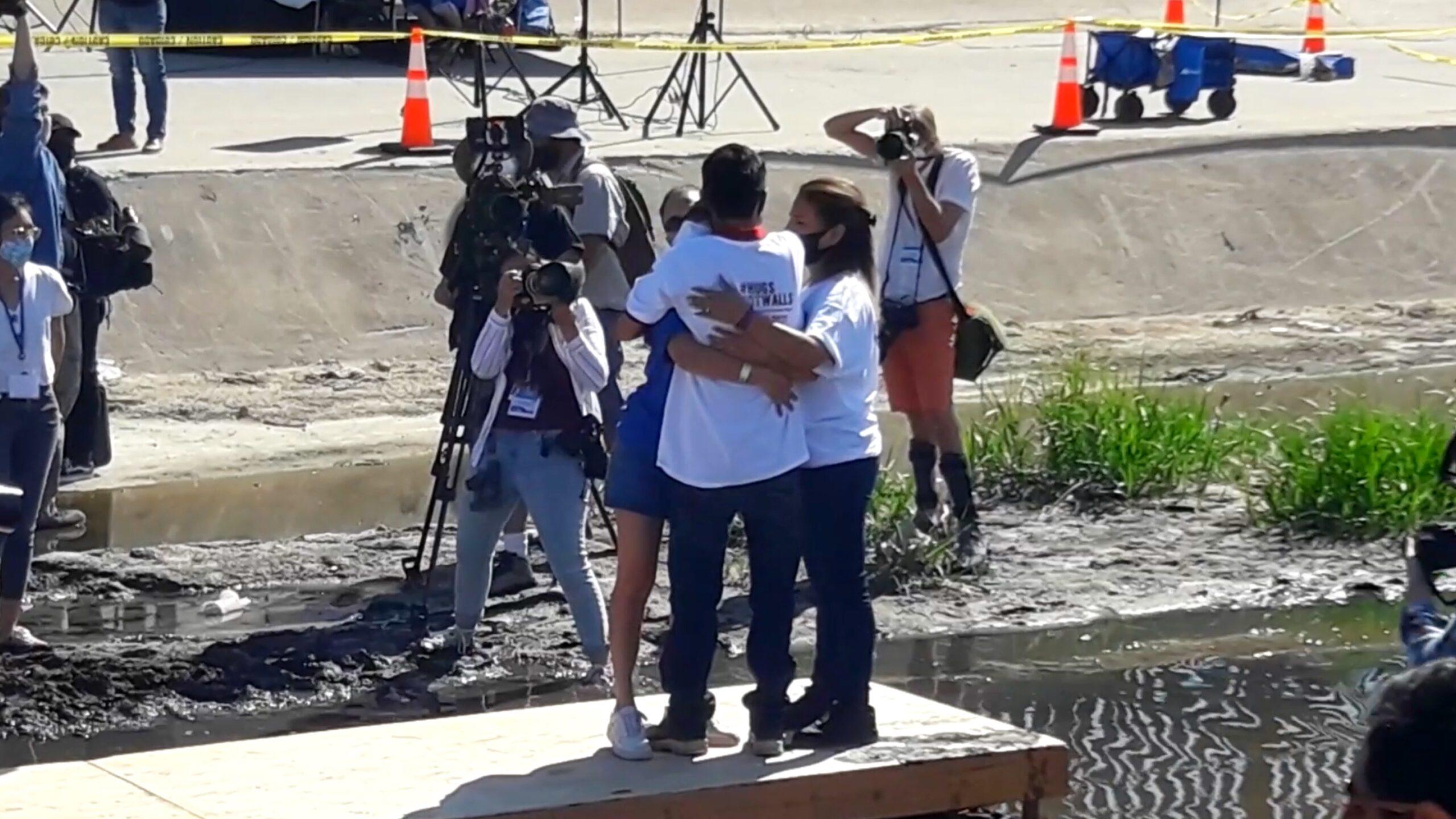 Familia-se-reune-en-el-bordo-del-Rio-Bravo-Abrazos-no-muros-Hugs-not-walls