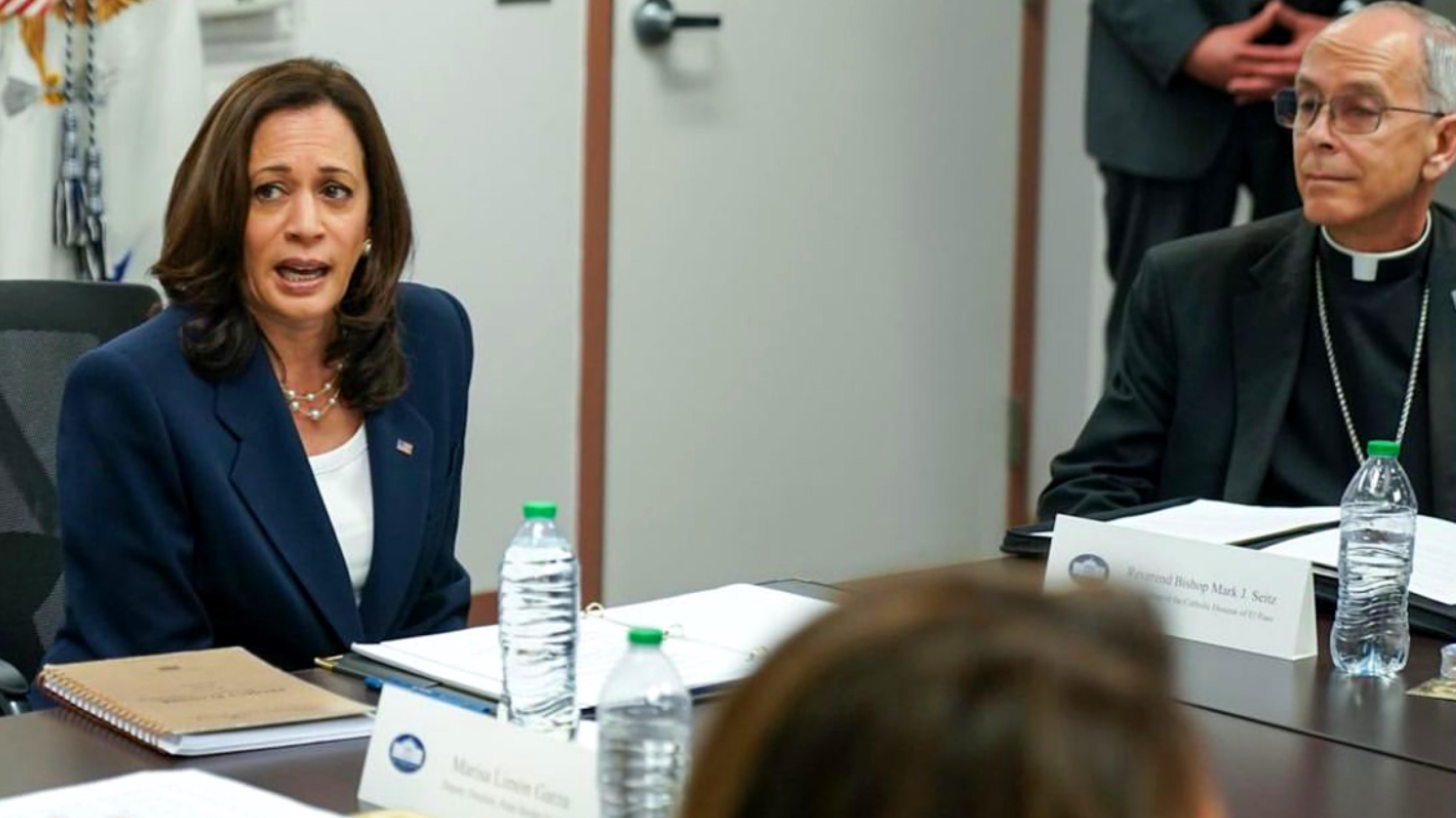 Kamala-Harris-vicepresidenta-de-Estados-Unidos-reunion-con-grupos-religiosos-abogados-y-comunitarios-pro-migrantes-en-El-Paso-Texas