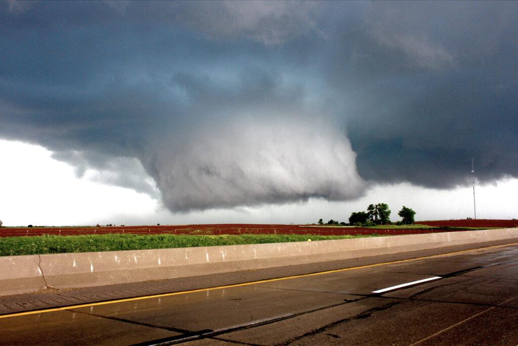 Tornado-alcanzo-1-milla-de-ancho-Jazz-Bishop-cazador-de-tornados-cineasta-fotografo-prop-master-de-Oklahoma-City-Oklahoma